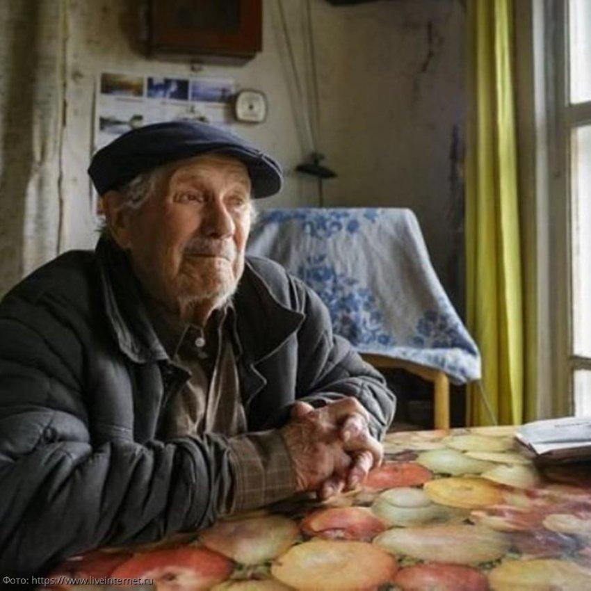 Старик умер, и соседка-старуха была в недоумении, обнаружив в его подвале тайник с огромной суммой денег