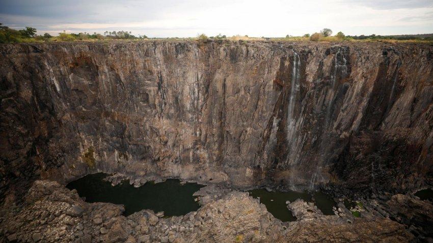 Водопад Виктория почти пересох: сейчас стекает только небольшая струйка