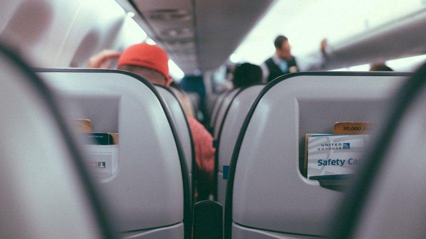 Экипаж American Airlines заставил женщину спрятать футболку с надписью «Слава сатане»