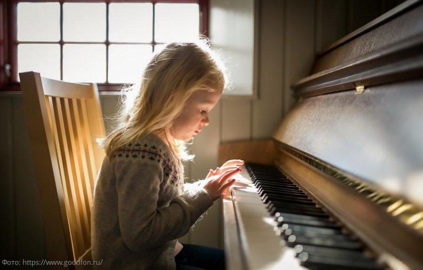 Девочка призналась маме, что игре на пианино ее научил мужчина, который, как оказалось, умер 20 лет назад