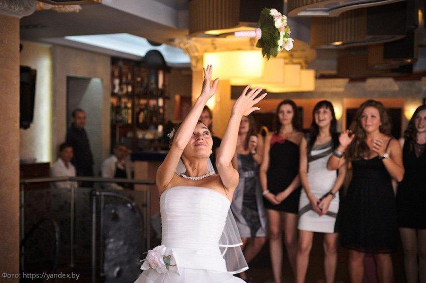 Знаки зодиака, представительницам которых суждено поймать букет невесты и найти свою любовь в 2020 году