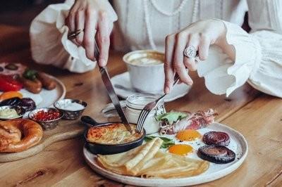Названы популярные завтраки, которые нельзя есть утром