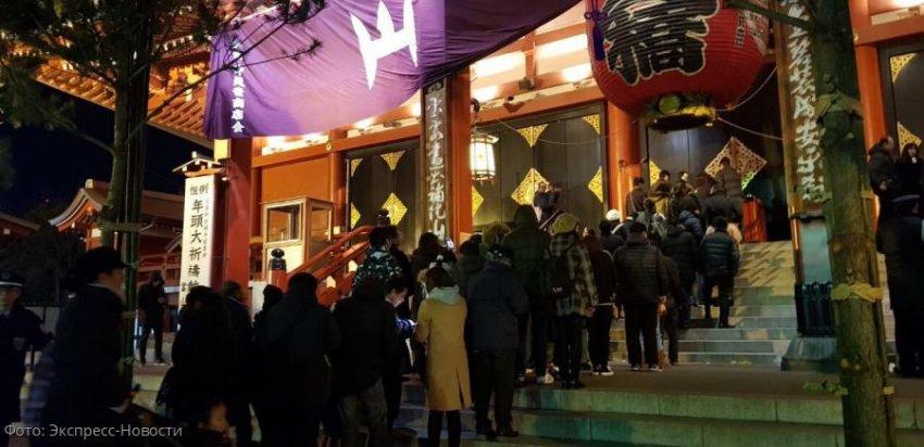 Японцы встретили Новый год, выстроившись в длинные очереди в храм