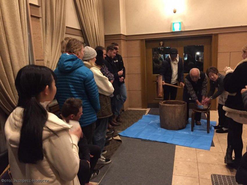 Угощения с помощью молота и ступы в Японии: как делают традиционное необычное лакомство