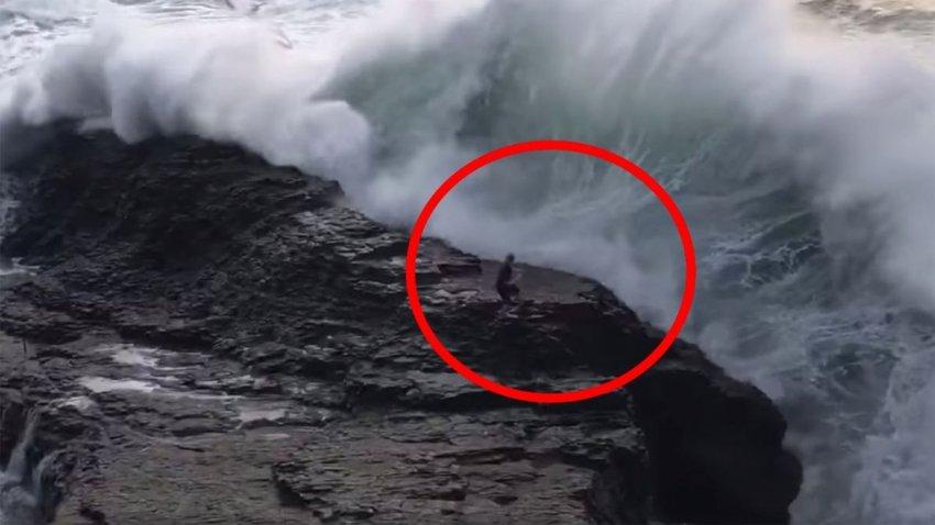 Огромная волна сбросила мужчину со скалы в океан: опубликовано видео