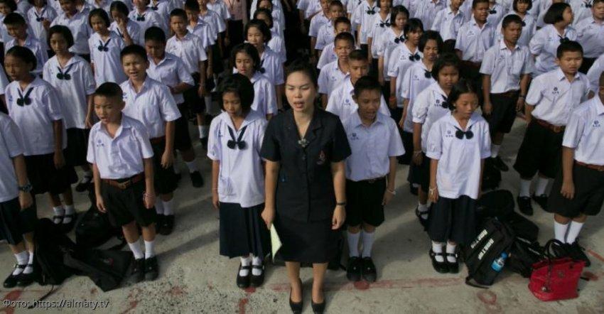 В Таиланде школьников наказывали за недостаточно громкое исполнение гимна