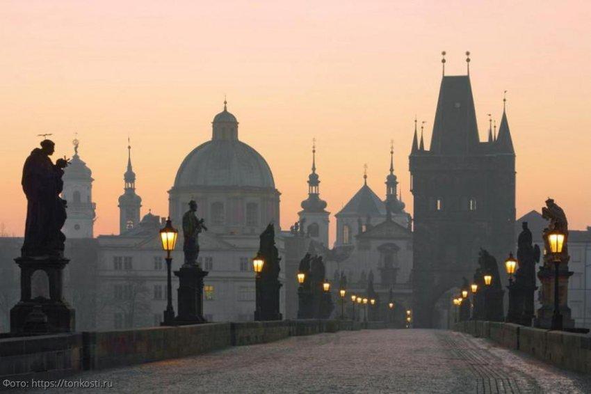 Карлов мост в Праге – одна из популярных достопримечательностей для туристов