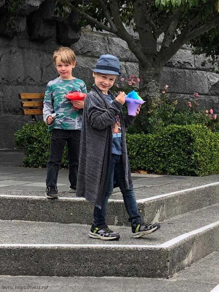 Внуки решили разыграть бабулю, нарядившись динозаврами, но она тоже устроила им сюрприз