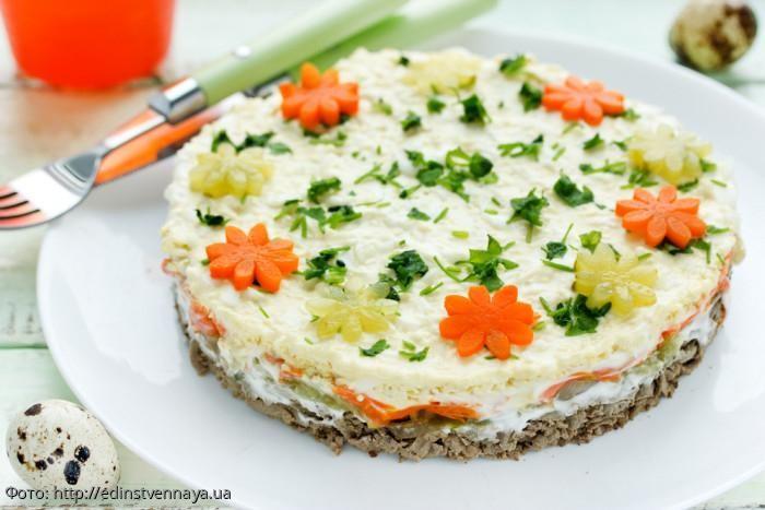 Салат с печенью: готовим слоёное вкусное лакомство из доступных продуктов