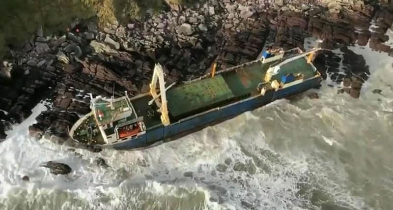 К берегам Ирландии прибил 77-метровый корабль-призрак
