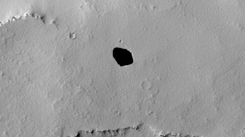 На поверхности Марса образовался загадочный провал