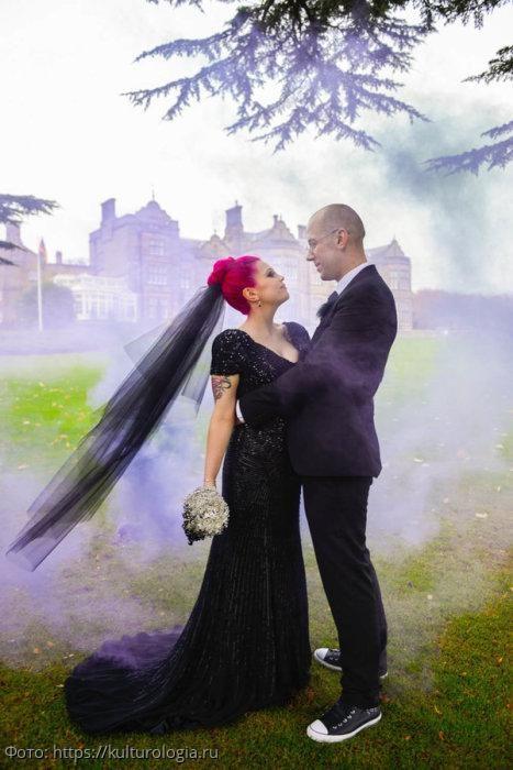 10 невест, которые предпочли выбрать на свадьбу темное платье