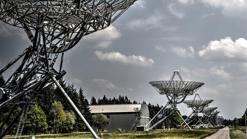 Из космоса на Землю каждые 16 дней приходят странные радиосигналы