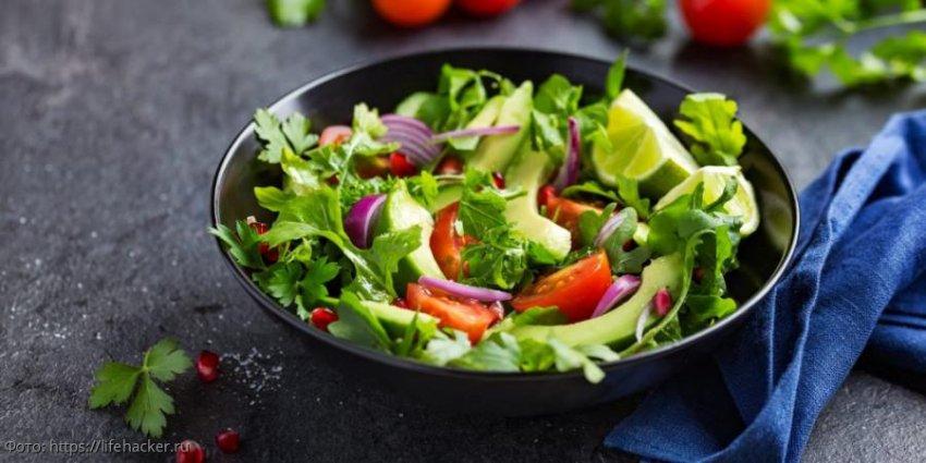 Салат с авокадо, креветками, томатами и тунцом: три рецепта для вашего стола