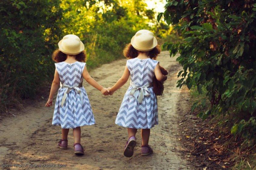 Мама злая: маленькие двойняшки сбежали из дома, чтобы найти отца, которого никогда не видели