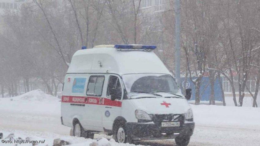 Врачи скорой помощи выбросили мужчину из машины прямо в снег