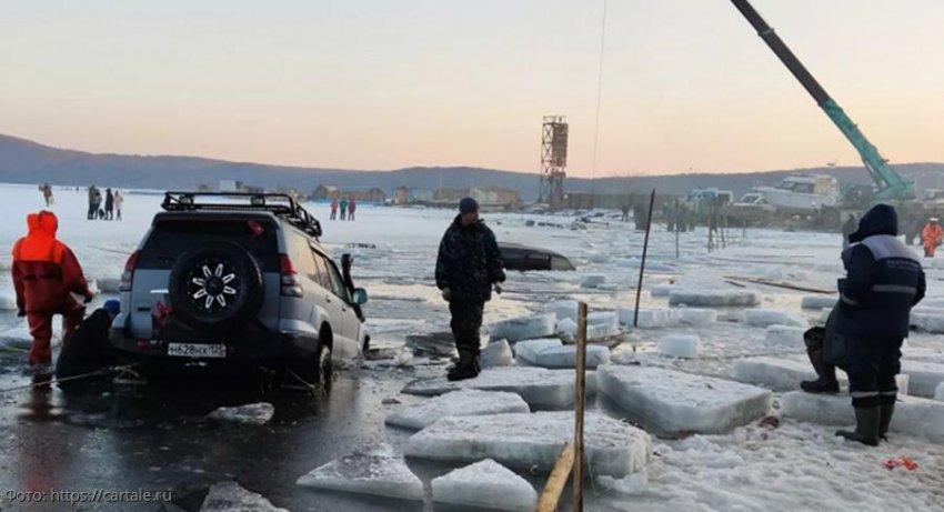 Две машины ушли под лед на несанкционированной переправе в Хабаровском крае. Есть погибшие