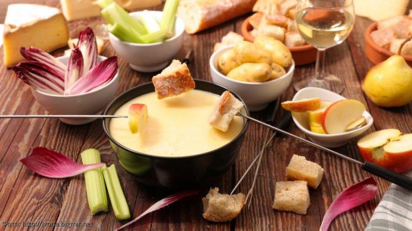 Сырное фондю: идеальная закуска для семейного ужина или дружеских посиделок