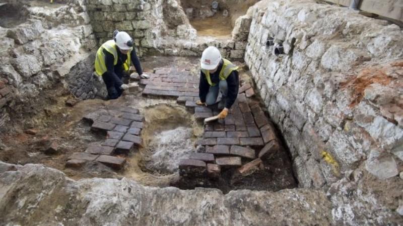В Лондоне откопали черепицу с изображением загадочного создания