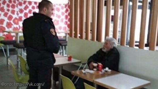 В Тюмени росгвардейцы выгнали бездомных, которые купили еду в Макдоналдсе