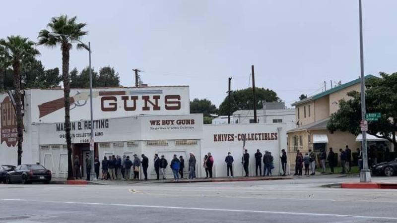Коронавирус в США: жители Лос-Анджелеса массово скупают оружие