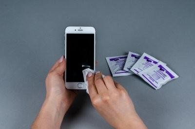 Эксперты рассказали, чем протирать смартфон от микробов