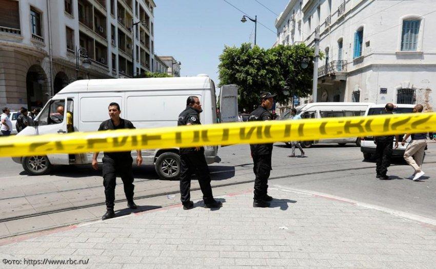 В Тунисе мужчина подорвал себя у здания посольства США