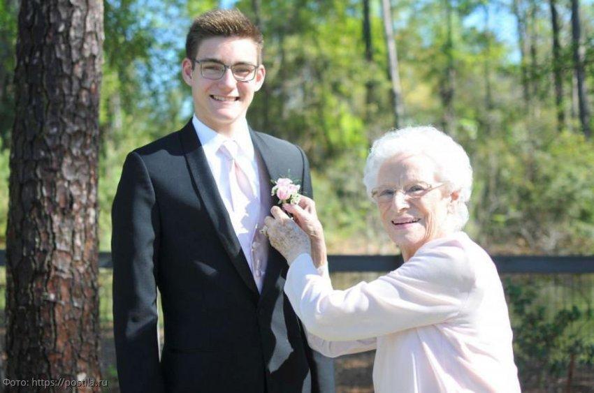 Внук устроил бабушке трогательный сюрприз, узнав, что в юности она пропустила выпускной бал
