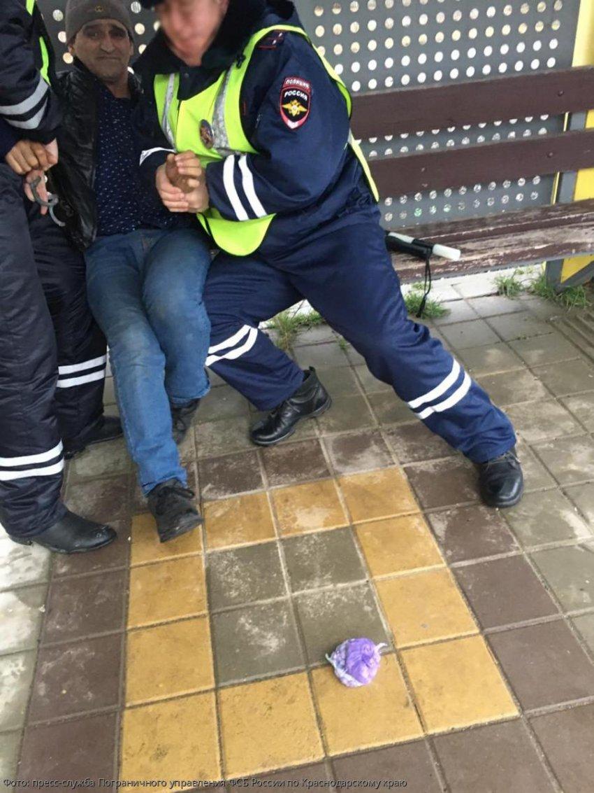 Погрануправление ФСБ России по Краснодарскому краю пресекло деятельность межрегионального наркокурьера