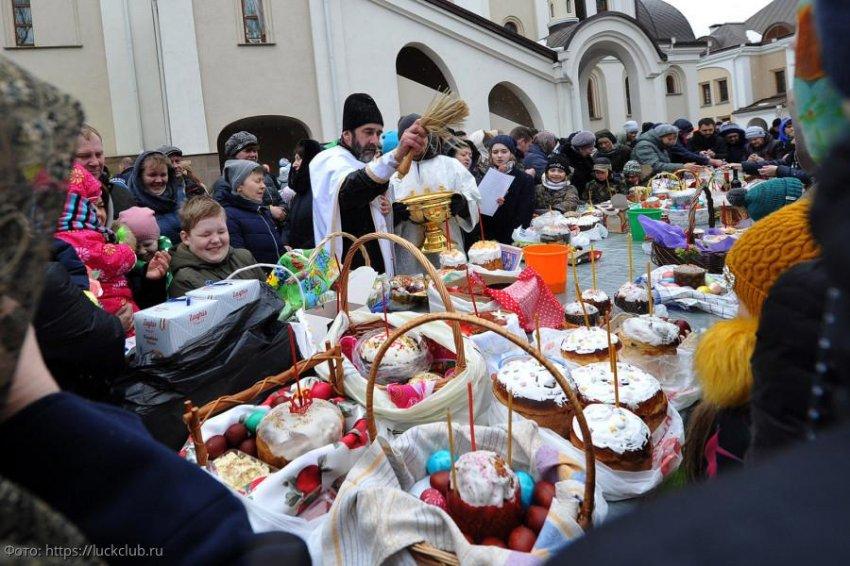 Москва и ряд регионов РФ запретили организованное посещение кладбищ на Пасху
