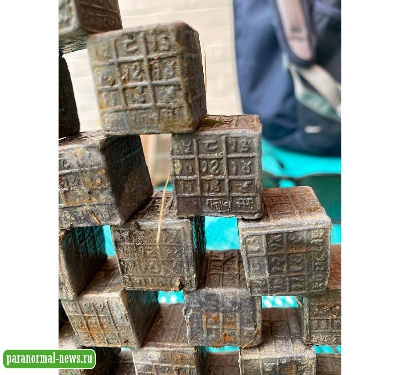Британец вытащил из реки 60 странных свинцовых кубика с иероглифами - paranormal-news.ru