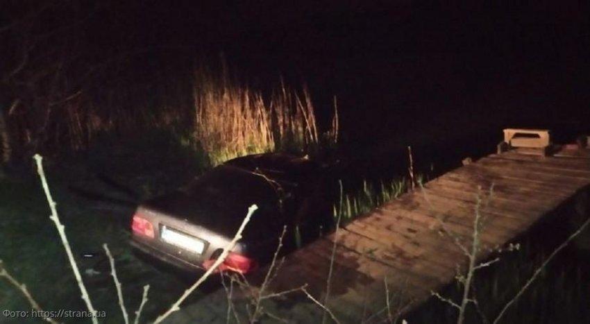Отец утонул, пытаясь спасти свою маленькую дочь из скатившегося в воду автомобиля
