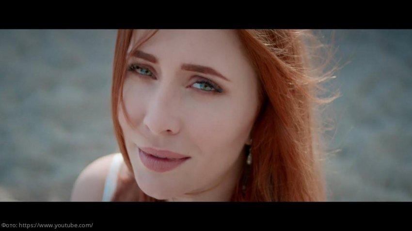 Анастасия Спиридонова в новом видео – одинокая прогулка по пустынной Москве