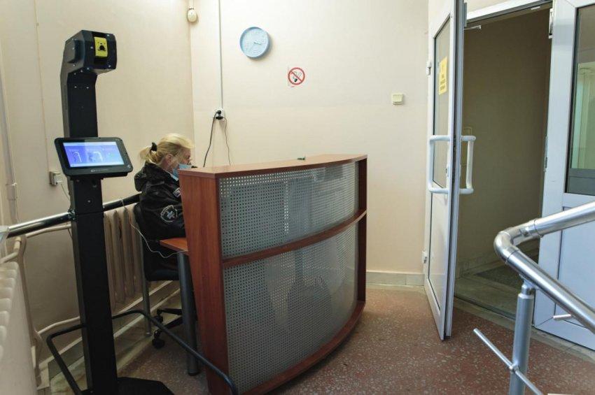 В пермской больнице температуру врачей на входе проверяет робот. Он не пускает в здание медработников с повышенной температурой