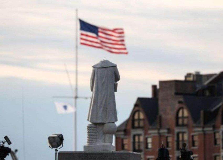 Гнев распространяется: американские протестующие сжигают «обезглавленные» статуи Колумба