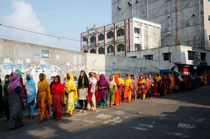 Коронавирусные меры дают бангладешским работникам абсолютный выбор: болезнь или голод