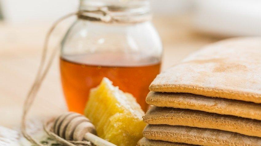 Может быть не только полезным, но и вредным: диетолог рассказала, кому нельзя есть мед