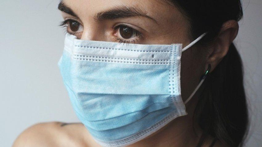 Эксперт по коронавирусу заявил, что мы будут носить маски еще несколько лет