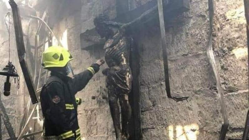 На Филиппинах сгорела церковь, но распятие из дерева осталось неповрежденным
