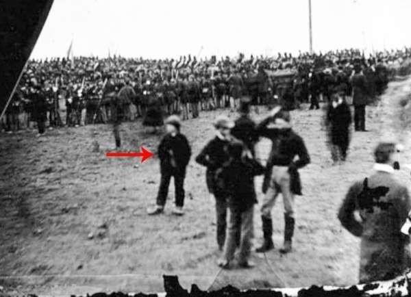 Мужчина утверждает, что побывал в прошлом и даже попал на снимок 19 века