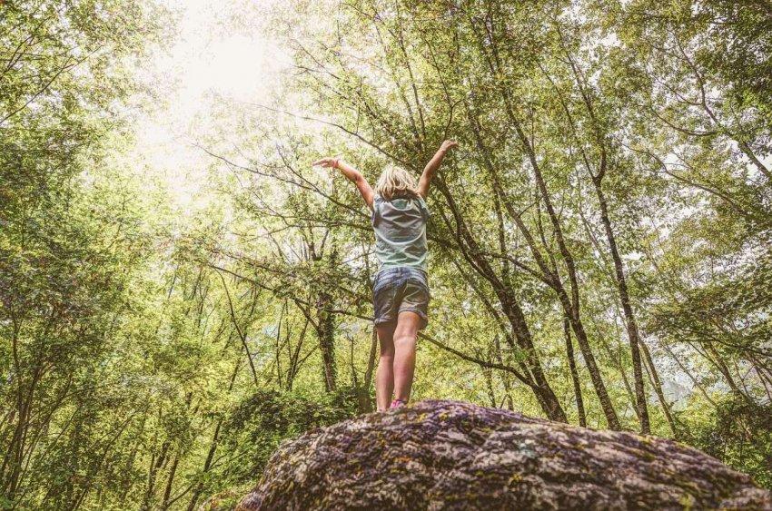 Грязные колени и лазание по деревьям: как летние игры на свежем воздухе могут помочь детям зарядиться энергией