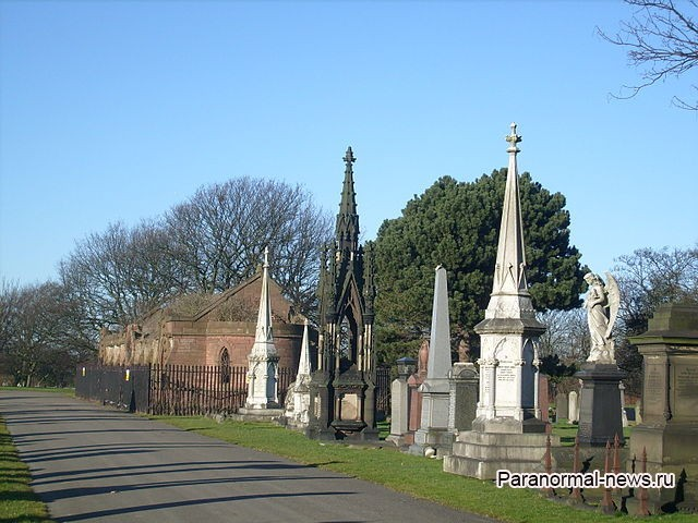 Летающая женщина-вампир с кладбища Ливерпуля