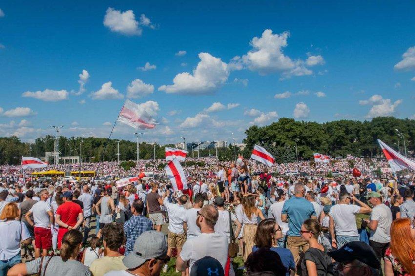 Опрос ZOiS: молодые белорусы отворачиваются от России и смотрят в сторону Европы