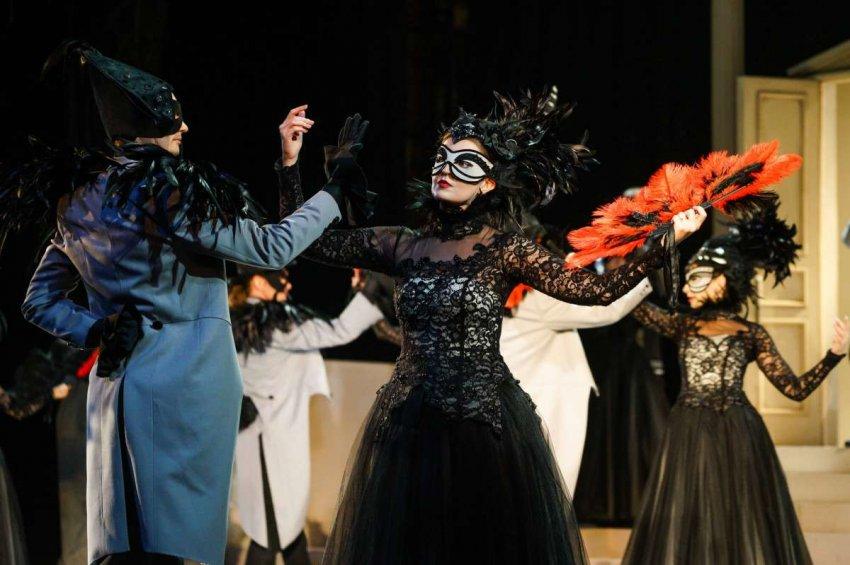Выступление Леди Гаги на VMA – часть давней международной традиции выступлений в масках