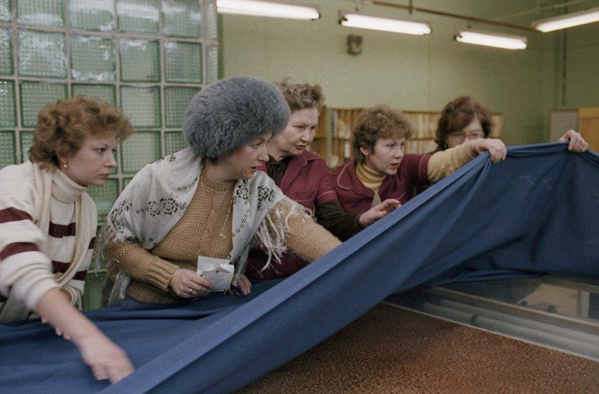 Почему в СССР женщины носили шапки в помещениях?
