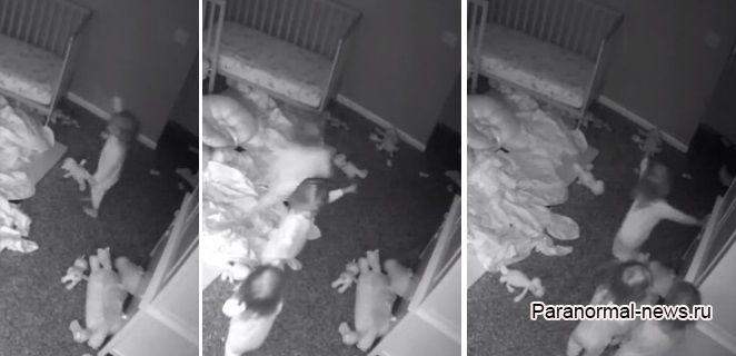 Малышки-тройняшки разом увидели монстра на стене и их реакция напугала как мать, так и пользователей интернета - Паранормальные новости