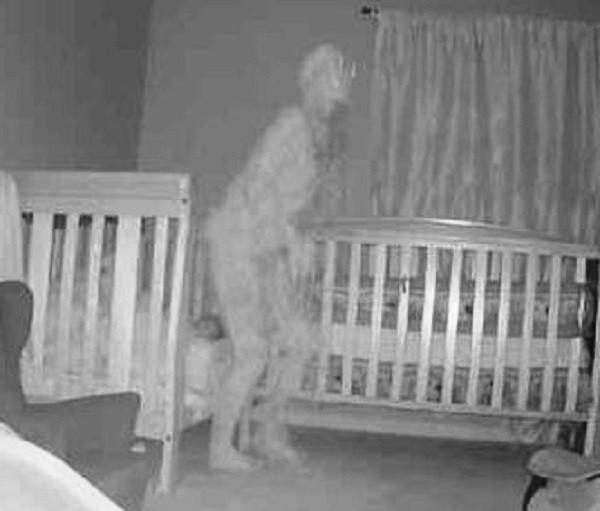 Камера засняла рогатого демона возле кровати с ребенком - Паранормальные новости