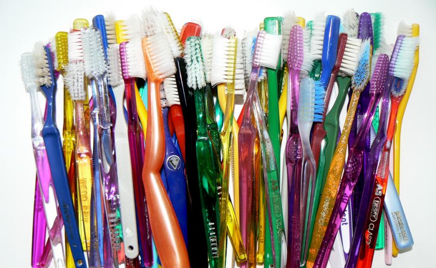 Рейтинг ТОП-10 популярных классических зубных щеток для детей
