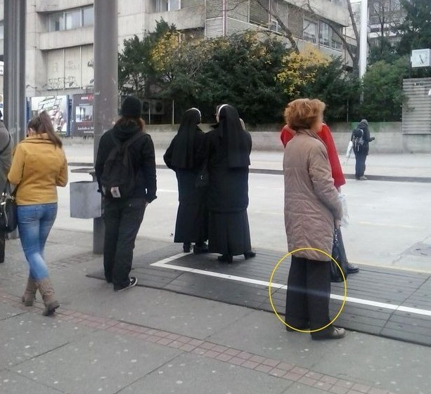Женщина с «призрачными ногами» обнаружена на фотографии обычной автобусной остановки в Хорватии - Паранормальные новости
