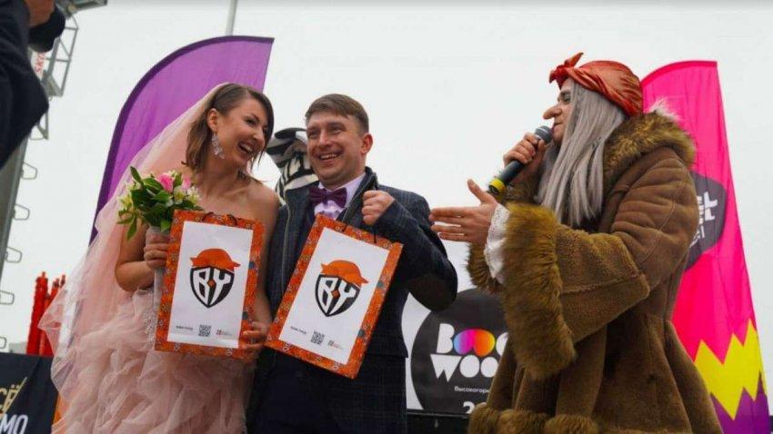 Всех поженила: baba yaga провела церемонию бракосочетания на фестивале в Сочи